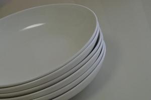 カレー皿より一回り小さいサイズです。(商品は→コチラ) これからはカレーもこれで食べて、食べすぎを防ぎます。 食洗機にもうまく入ってくれます。